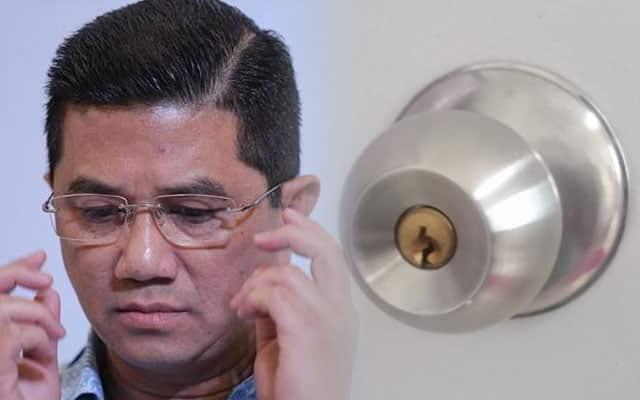 Lawak !!! Netizen buat polls Azmin atau Tombol Pintu, tombol pintu menang