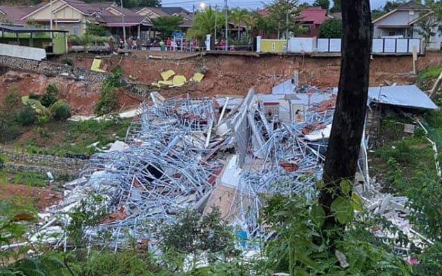 2 buah rumah ranap 100% di Gambang